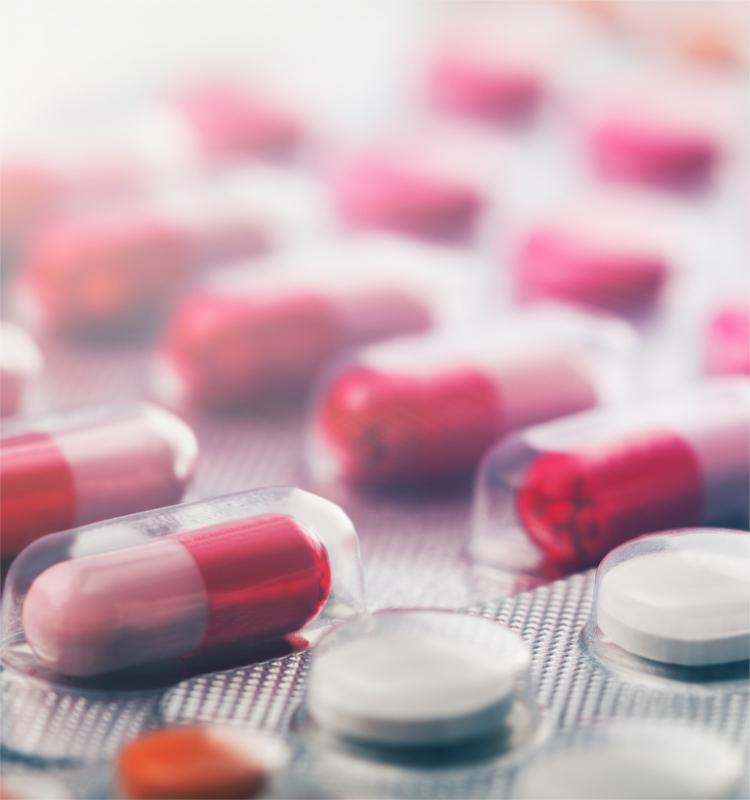 Nahaufnahme von rot-weißen Tabletten in einem Blister