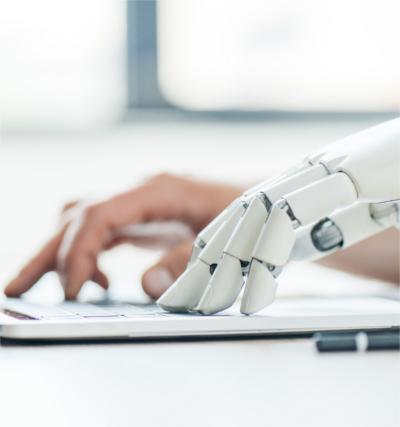 Mensch und Maschine arbeiten gemeinsam an maschinellen Übersetzungen